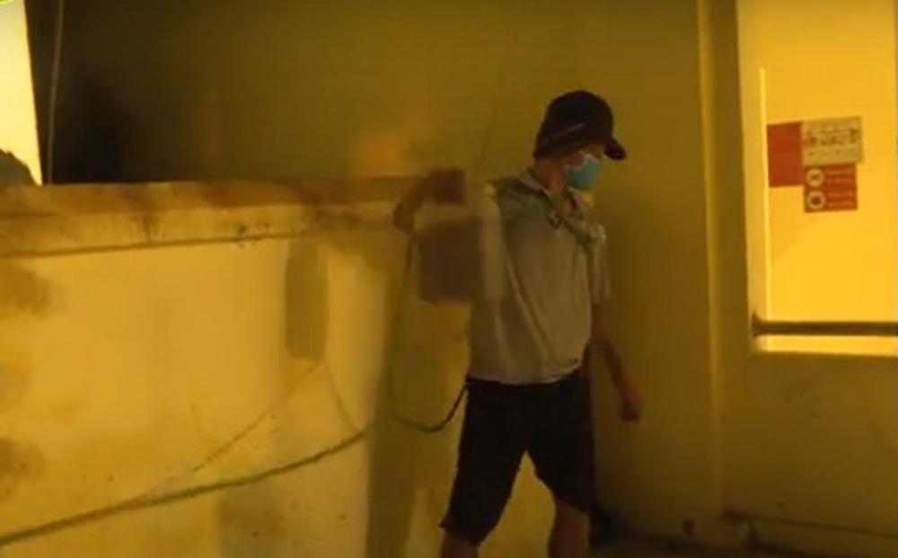 Trèo vào trụ sở UBND phường tưới xăng đốt 2 ô tô vì bị lập biên bản vi phạm phòng dịch