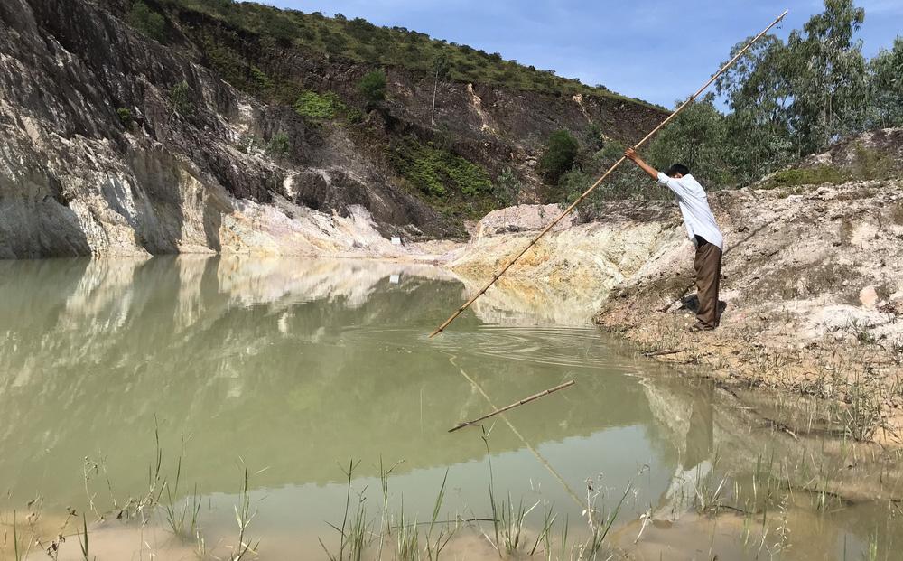 """Nghệ An: Nữ sinh lớp 6 tử vong thương tâm dưới hố nước do """"đất tặc"""" để lại"""