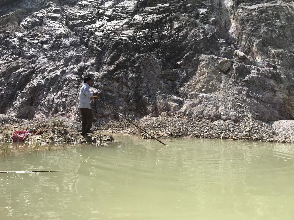 Nghệ An: Nữ sinh lớp 6 tử vong thương tâm dưới hố nước do đất tặc để lại - Ảnh 4.