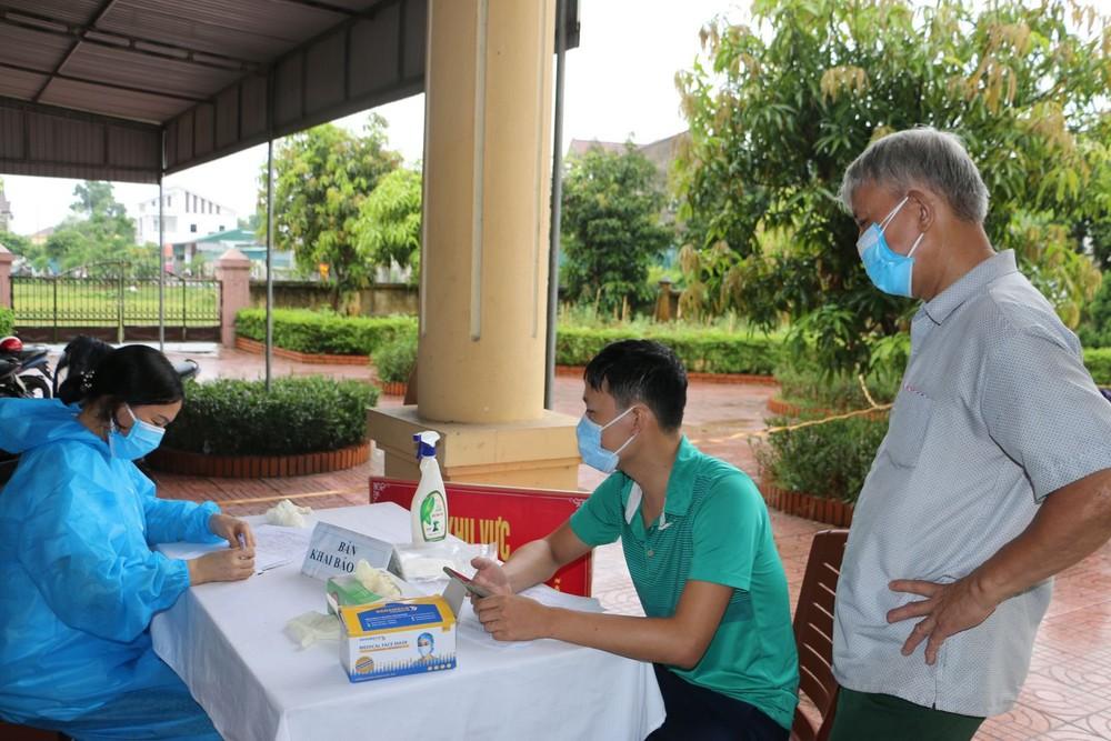 Phong tỏa khu dân cư hơn 2000 người, truy vết khẩn các trường hợp tiếp xúc 2 vợ chồng nhiễm Covid-19 - Ảnh 2.