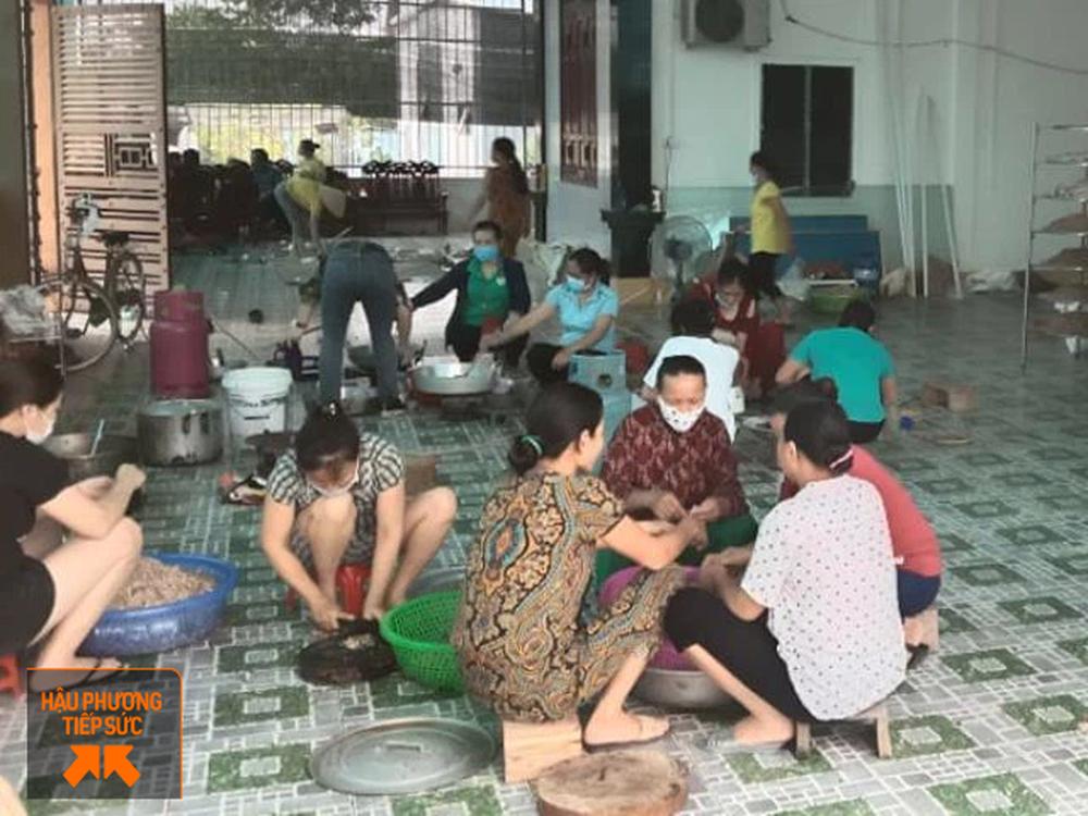 Người dân Nghệ An làm thịt con lợn 260kg chế biến ruốc bông, xúc xích tiếp tế cho điểm nóng Covid-19 Bắc Giang - Ảnh 3.
