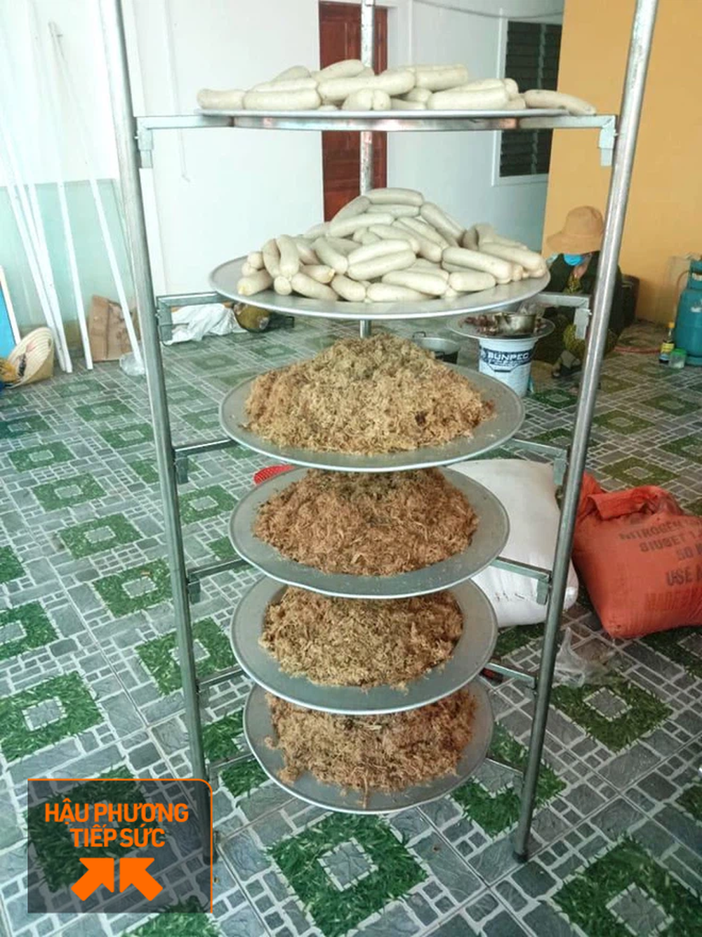 Người dân Nghệ An làm thịt con lợn 260kg chế biến ruốc bông, xúc xích tiếp tế cho điểm nóng Covid-19 Bắc Giang - Ảnh 5.