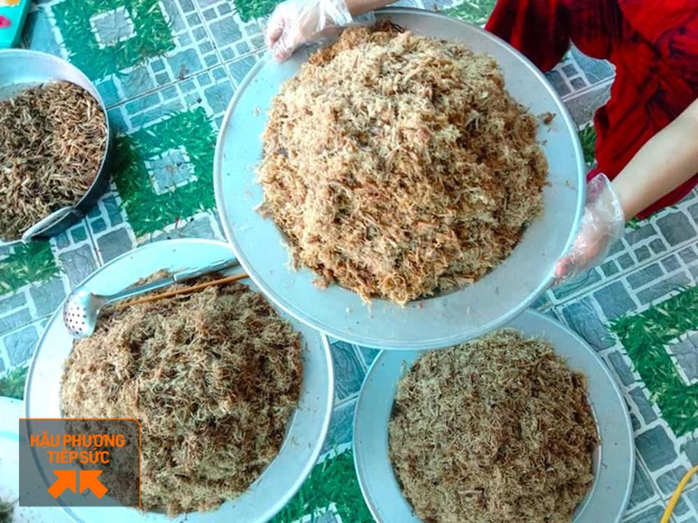 Người dân Nghệ An làm thịt con lợn 260kg chế biến ruốc bông, xúc xích tiếp tế cho điểm nóng Covid-19 Bắc Giang - Ảnh 6.