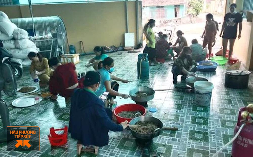"""Người dân Nghệ An làm thịt con lợn 260kg chế biến ruốc bông, xúc xích tiếp tế cho """"điểm nóng Covid-19"""" Bắc Giang"""