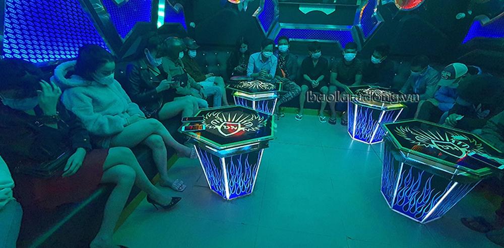 44 người hát trong 2 quán karaoke chui giữa dịch COVID-19, khi bị kiểm tra, quán đóng cửa cố thủ - Ảnh 3.