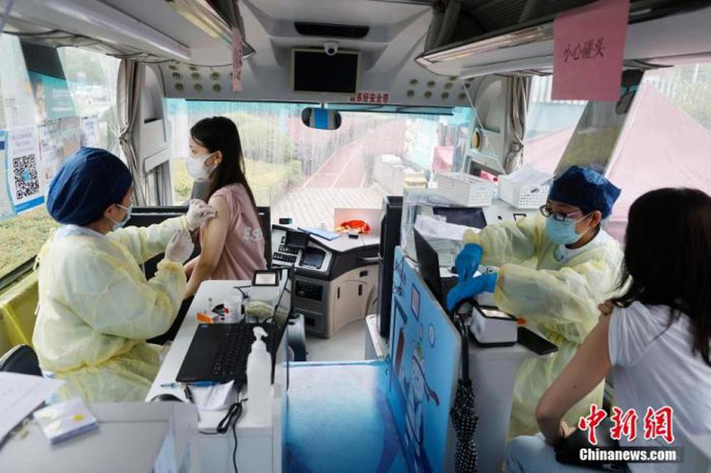 Bí quyết để Trung Quốc tiêm 700 triệu liều vắc xin Covid-19 nhanh như phóng tên lửa, truyền thông Mỹ phải trầm trồ - Ảnh 2.