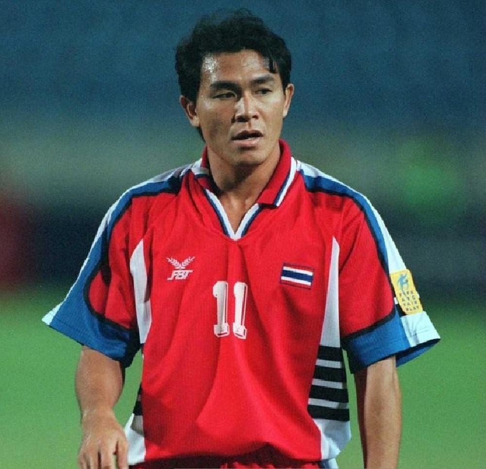 Hé lộ điểm đến của bạn cũ Kiatisuk, V.League sắp có thêm một HLV Thái Lan nữa? - Ảnh 2.
