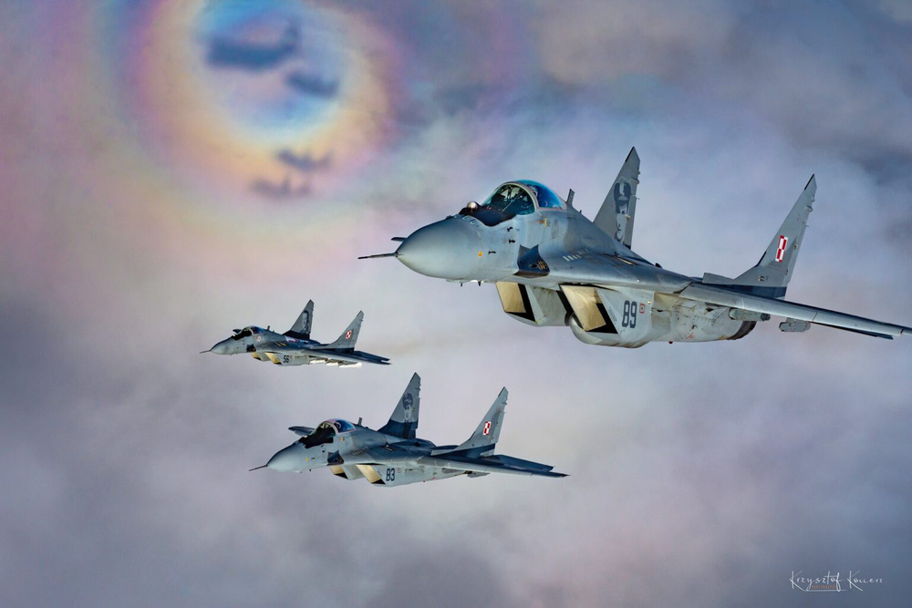 Tiêm kích MiG-29 Ba Lan nã thẳng pháo vào máy bay đồng đội - Ảnh 1.