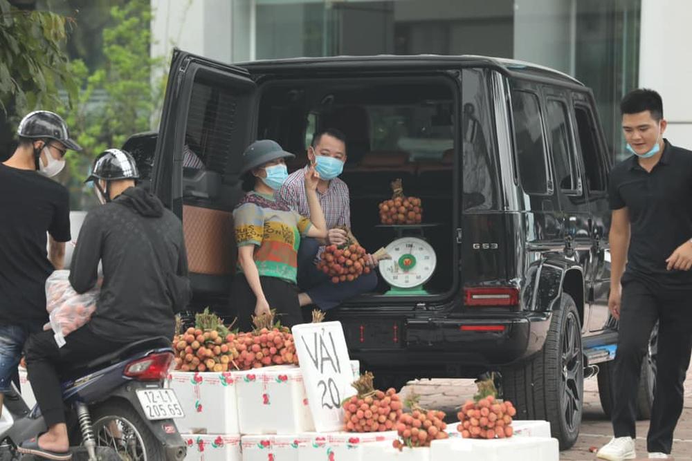 Thân thế đỉnh của người đàn ông ngồi Mercedes G63 chục tỷ, bán vải thiều 20.000 đồng/kg ở Hà Nội - Ảnh 1.