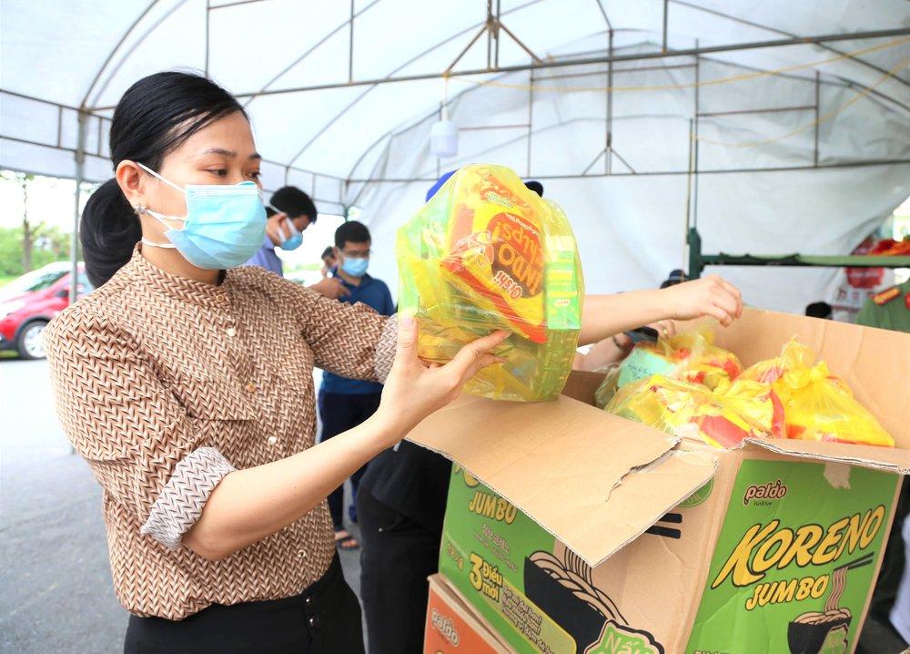 Bữa cơm và lời nhắn nhủ yêu thương kèm túi quà gửi các em nhỏ trong khu cách ly ở Hà Tĩnh - Ảnh 10.