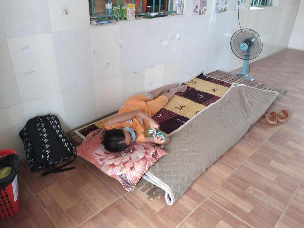 Bữa cơm và lời nhắn nhủ yêu thương kèm túi quà gửi các em nhỏ trong khu cách ly ở Hà Tĩnh - Ảnh 7.