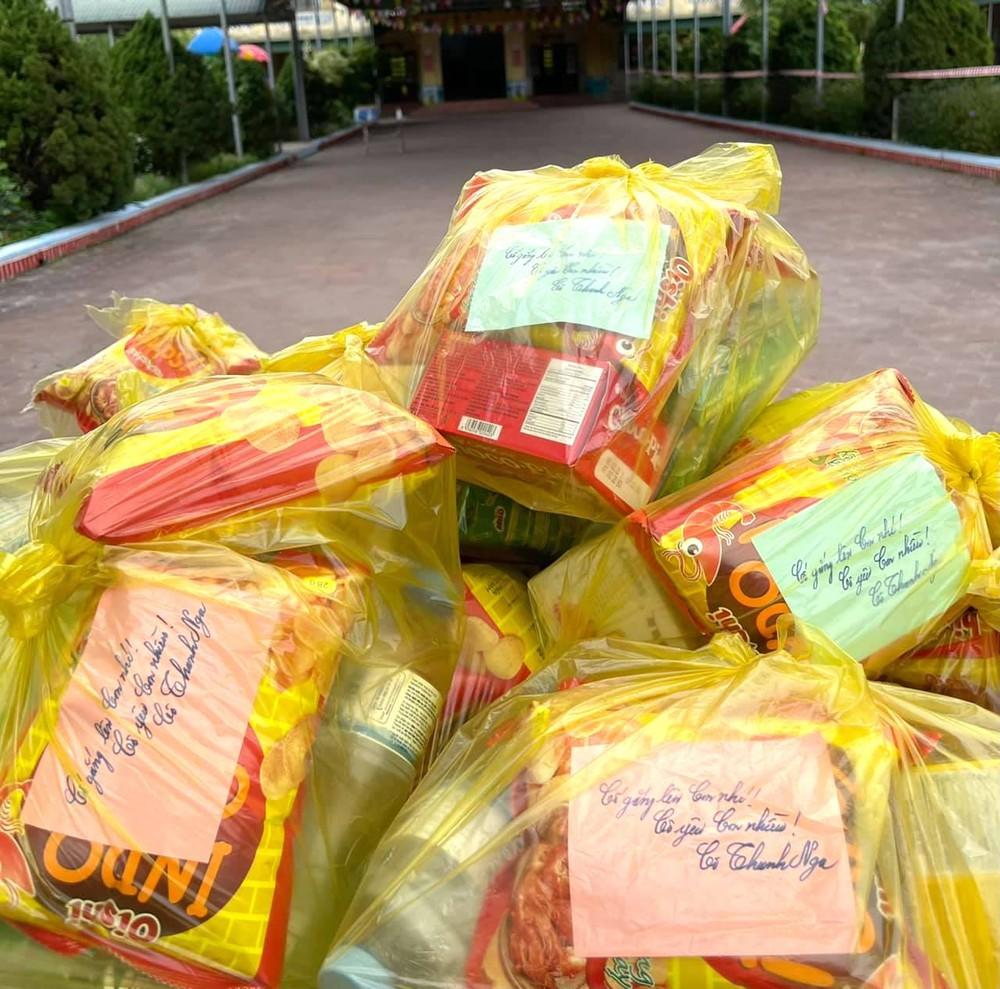 Bữa cơm và lời nhắn nhủ yêu thương kèm túi quà gửi các em nhỏ trong khu cách ly ở Hà Tĩnh - Ảnh 9.