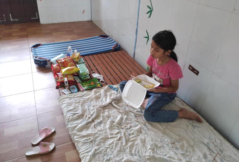 Bữa cơm và lời nhắn nhủ yêu thương kèm túi quà gửi các em nhỏ trong khu cách ly ở Hà Tĩnh - Ảnh 13.