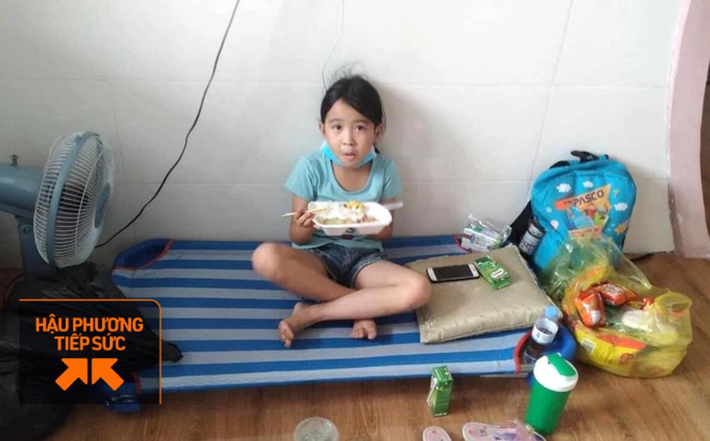 Bữa cơm và lời nhắn nhủ yêu thương kèm túi quà gửi các em nhỏ trong khu cách ly ở Hà Tĩnh