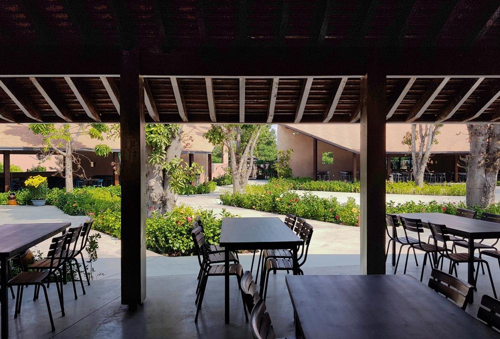 Dự án có sàn bê tông thô ráp, những mảng tường sơn không đều màu của Việt Nam lên báo Mỹ - Ảnh 10.