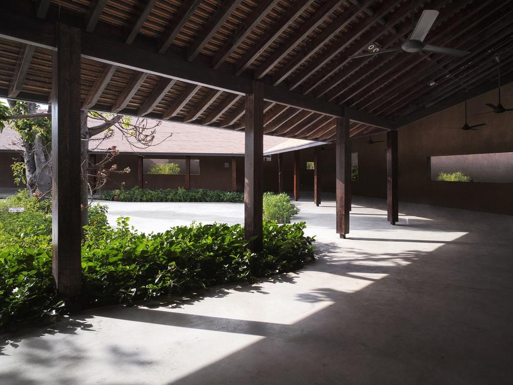 Dự án có sàn bê tông thô ráp, những mảng tường sơn không đều màu của Việt Nam lên báo Mỹ - Ảnh 15.