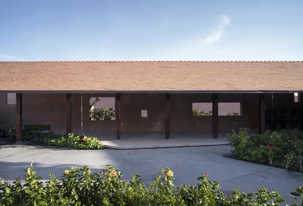 Dự án có sàn bê tông thô ráp, những mảng tường sơn không đều màu của Việt Nam lên báo Mỹ - Ảnh 9.