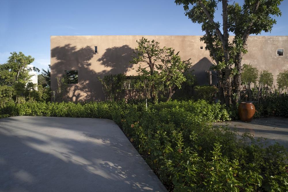 Dự án có sàn bê tông thô ráp, những mảng tường sơn không đều màu của Việt Nam lên báo Mỹ - Ảnh 5.