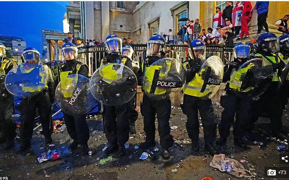 Bạo loạn nổ ra khắp London, fan cuồng tấn công cảnh sát sau trận thua của tuyển Anh - Ảnh 9.