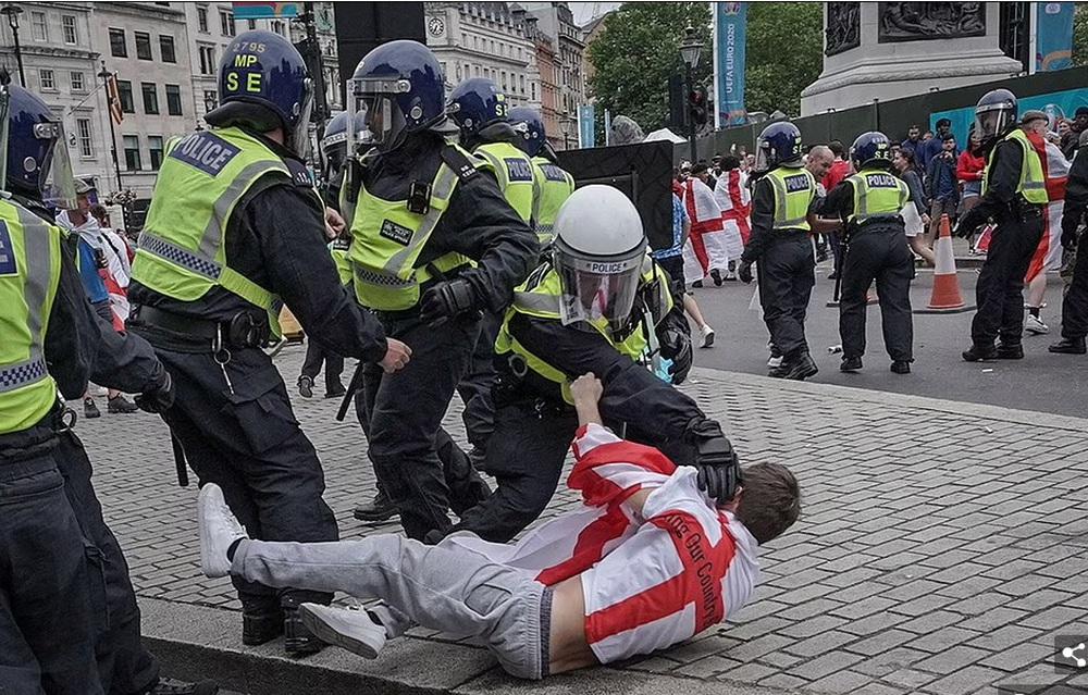 Bạo loạn nổ ra khắp London, fan cuồng tấn công cảnh sát sau trận thua của tuyển Anh - Ảnh 12.