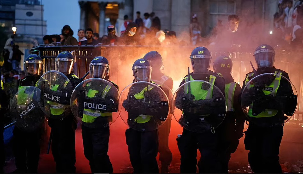 Bạo loạn nổ ra khắp London, fan cuồng tấn công cảnh sát sau trận thua của tuyển Anh - Ảnh 3.