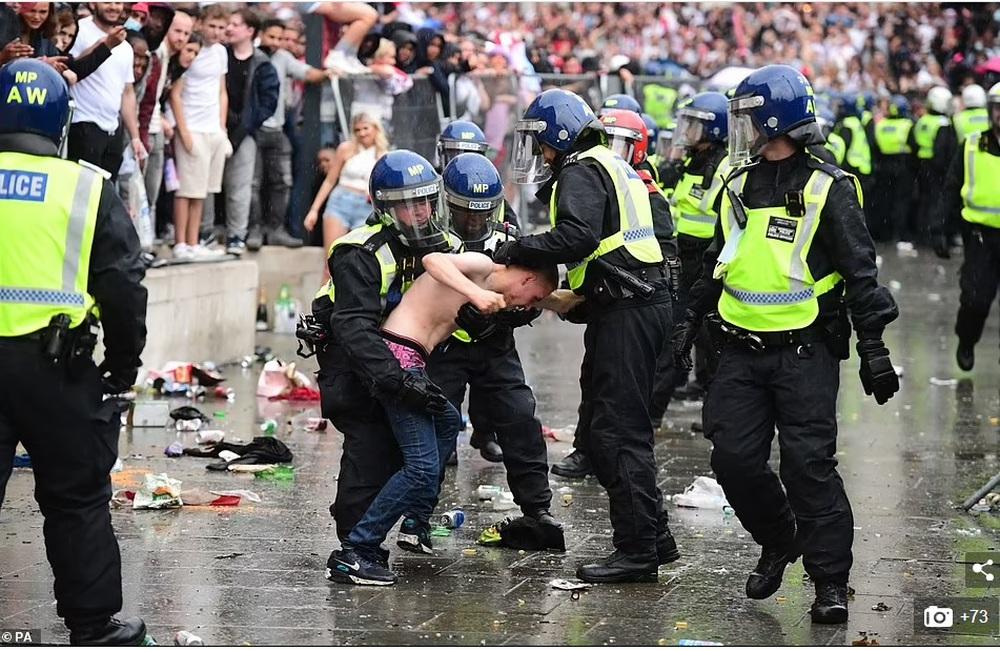 Bạo loạn nổ ra khắp London, fan cuồng tấn công cảnh sát sau trận thua của tuyển Anh - Ảnh 13.