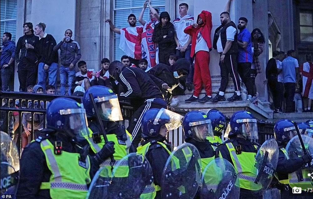 Bạo loạn nổ ra khắp London, fan cuồng tấn công cảnh sát sau trận thua của tuyển Anh - Ảnh 5.