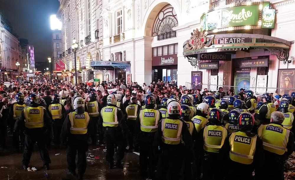 Bạo loạn nổ ra khắp London, fan cuồng tấn công cảnh sát sau trận thua của tuyển Anh - Ảnh 6.