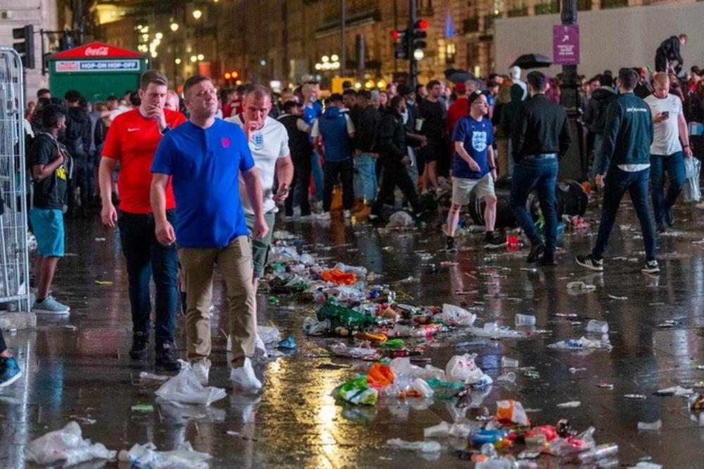 Chung kết Euro qua đi, chỉ còn lại những cái bóng áo vàng lầm lũi, vất vả làm sạch bộ mặt đô thị - Ảnh 4.