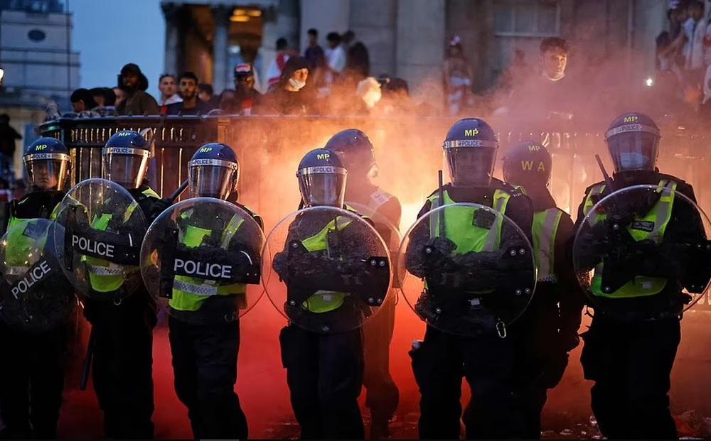 Bạo loạn nổ ra khắp London, fan cuồng tấn công cảnh sát sau trận thua của tuyển Anh