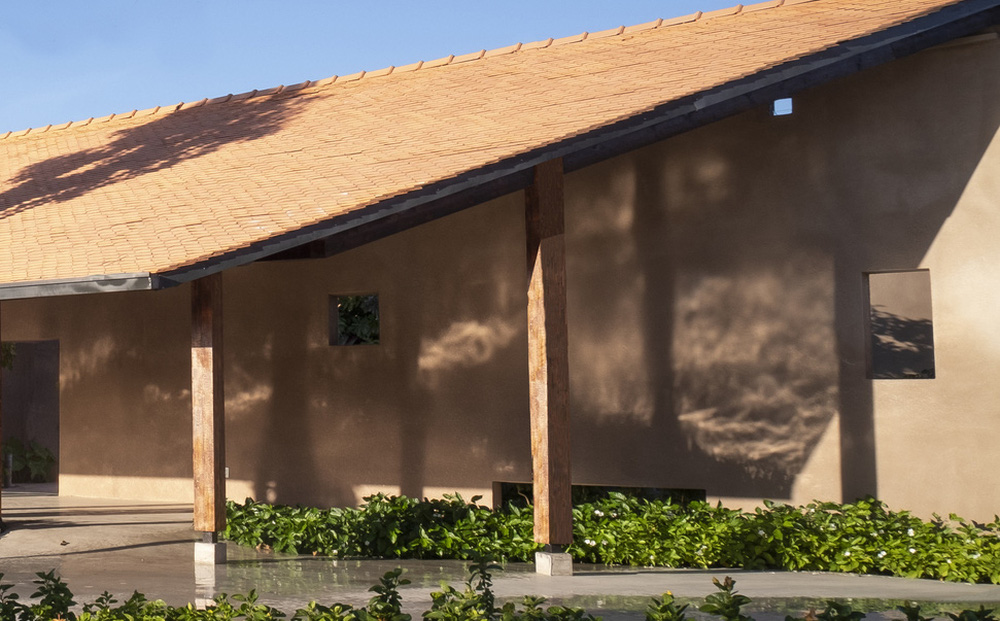 Dự án có sàn bê tông thô ráp, những mảng tường sơn không đều màu của Việt Nam lên báo Mỹ