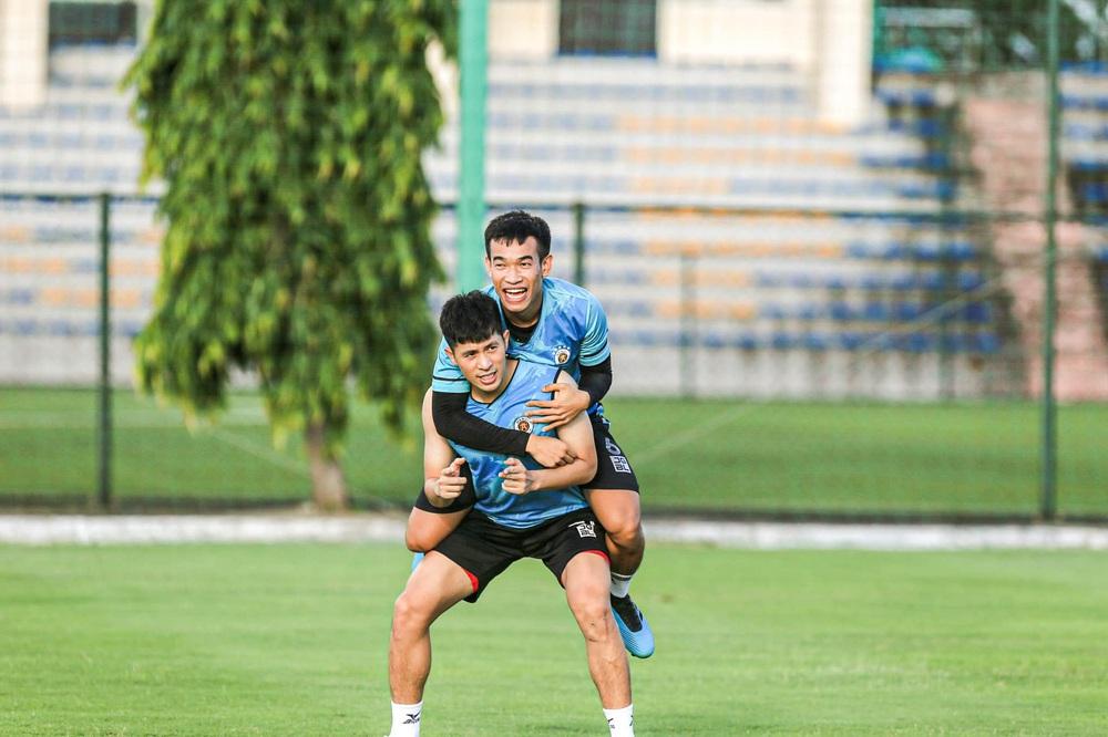 Tấn Trường bịn rịn tạm biệt gia đình, trở lại tập luyện với CLB Hà Nội - Ảnh 7.