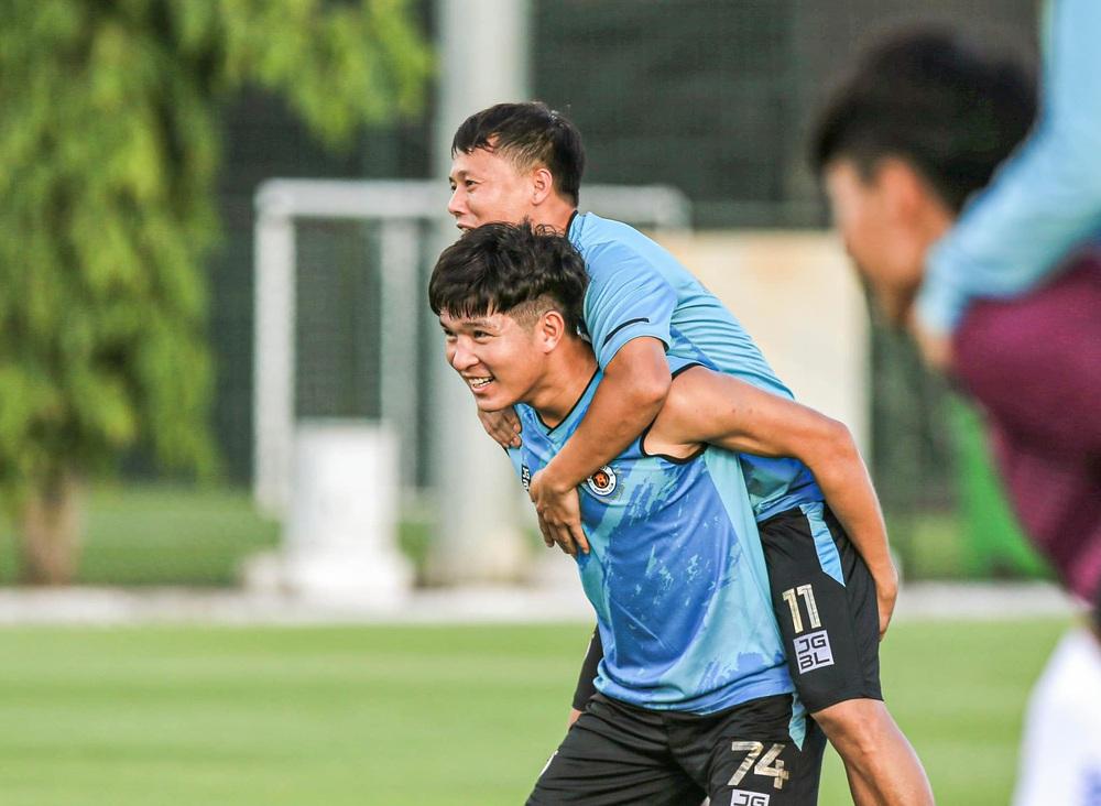 Tấn Trường bịn rịn tạm biệt gia đình, trở lại tập luyện với CLB Hà Nội - Ảnh 8.