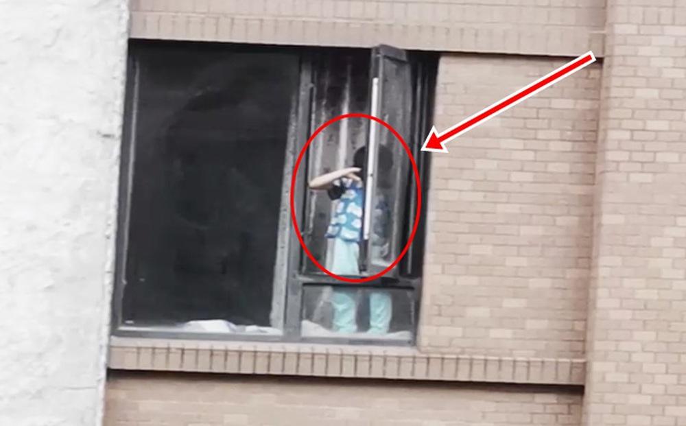 """Bé trai 7 tuổi thò nửa người ra ngoài cửa sổ tầng 6, bà nội trông cháu than thở: """"Trông không xuể"""""""