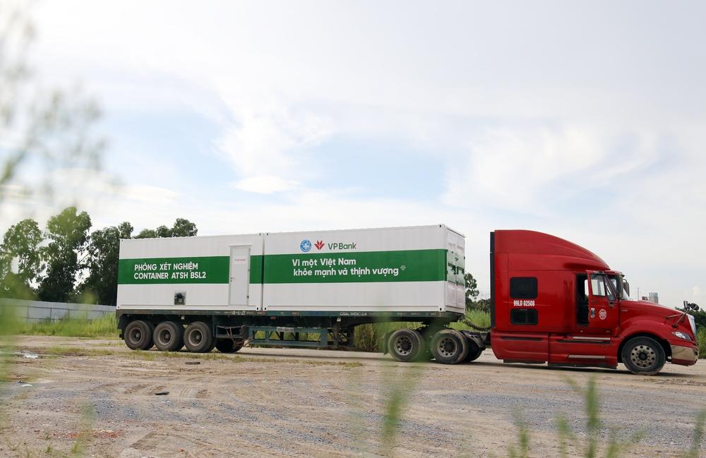 Bên trong container xét nghiệm Covid đầu tiên xuất hiện ở VN, đạt 36.000 mẫu xét nghiệm/ngày - Ảnh 2.
