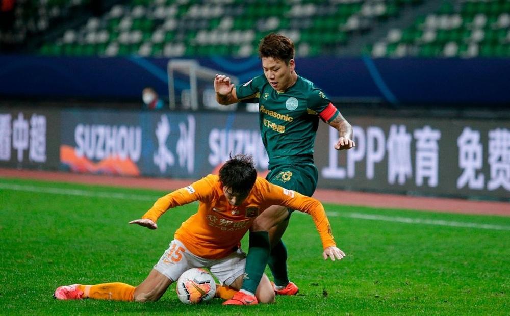 """Bị ép thi đấu theo lịch """"ma quỷ"""", cầu thủ Trung Quốc lo lắng: """"Tôi sợ mình đột tử trên sân"""""""
