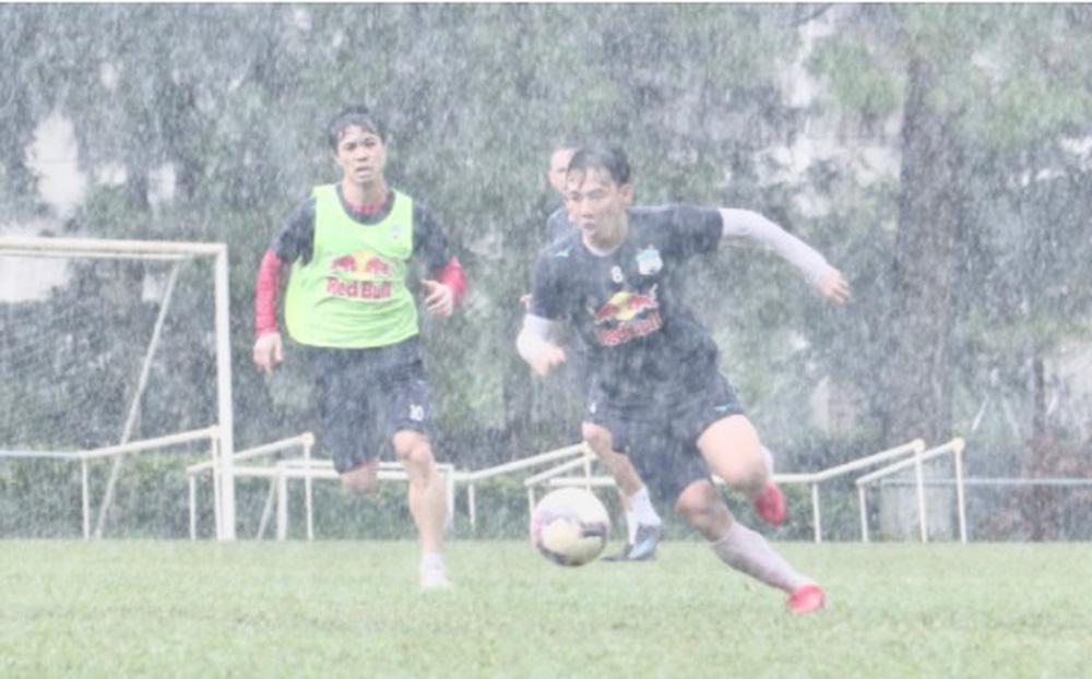 Quân Bầu Đức dầm mưa luyện công, quyết bảo vệ top 1 V.League