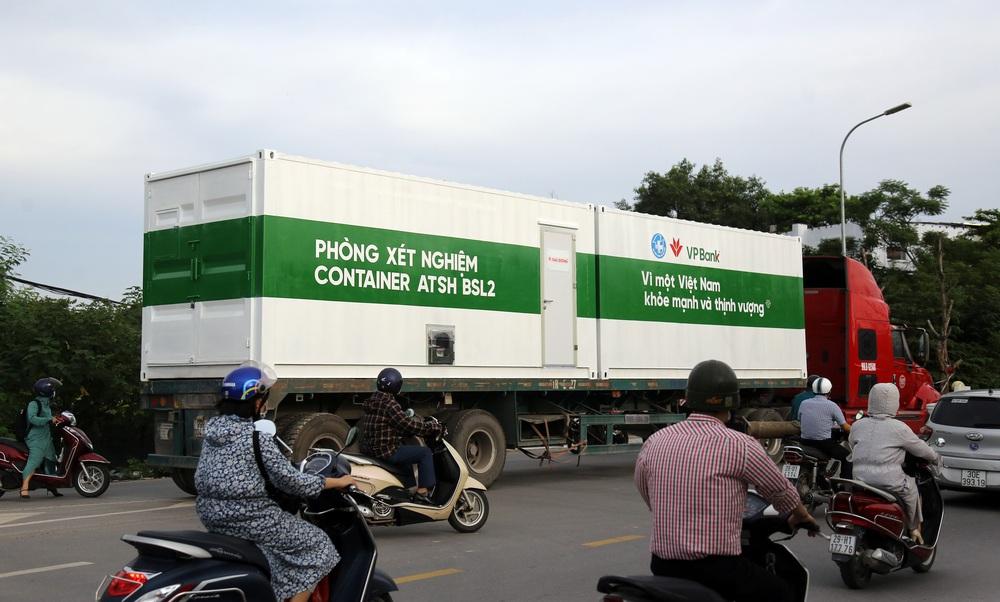Bên trong container xét nghiệm Covid đầu tiên xuất hiện ở VN, đạt 36.000 mẫu xét nghiệm/ngày - Ảnh 1.