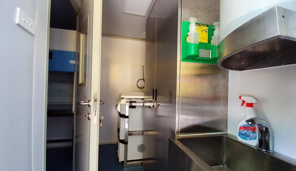 Bên trong container xét nghiệm Covid đầu tiên xuất hiện ở VN, đạt 36.000 mẫu xét nghiệm/ngày - Ảnh 10.
