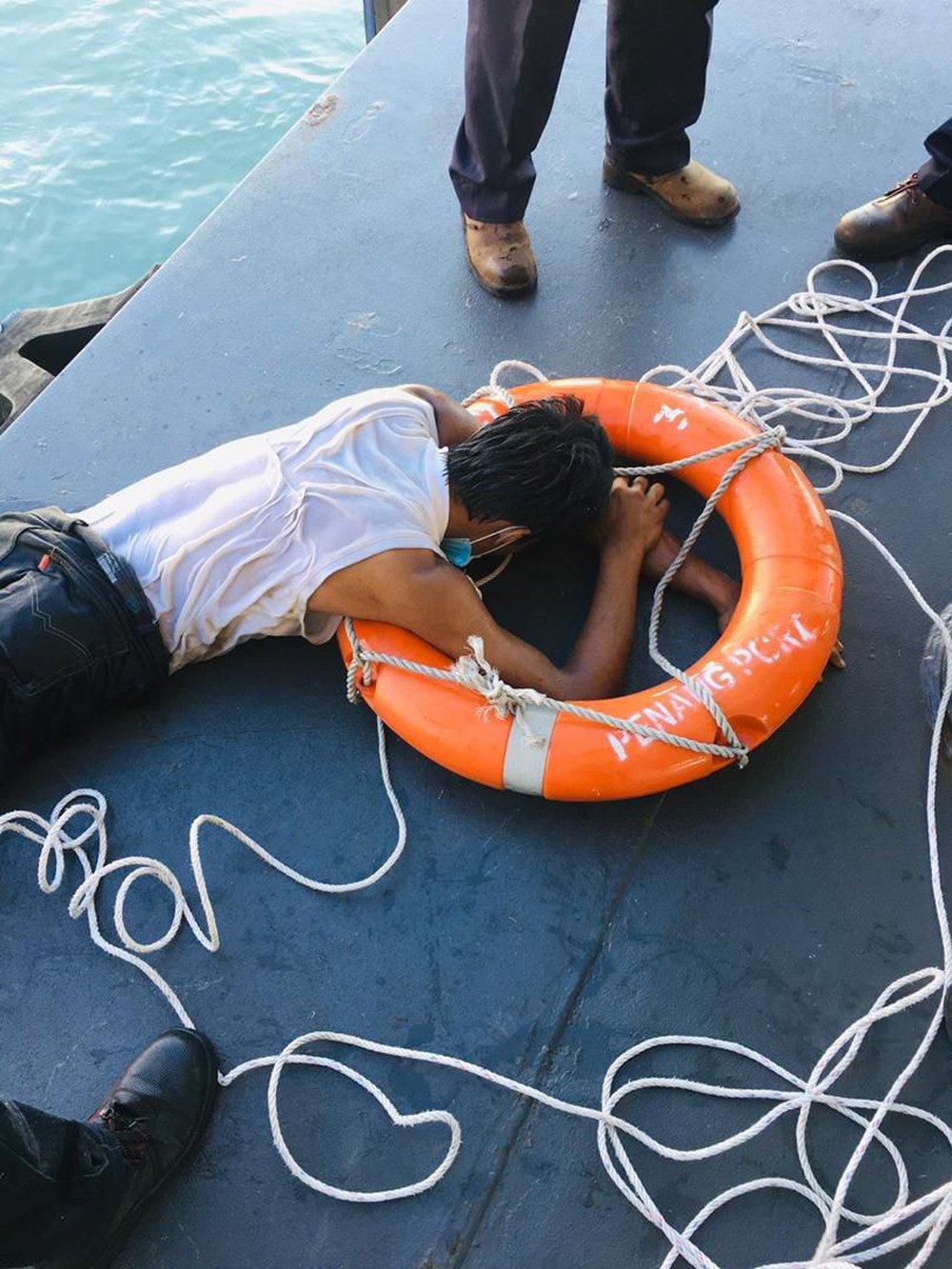 Không có giấy thông hành, thanh niên bơi qua eo biển để gặp bạn và cái kết khiến anh ta chừa đến già - Ảnh 4.
