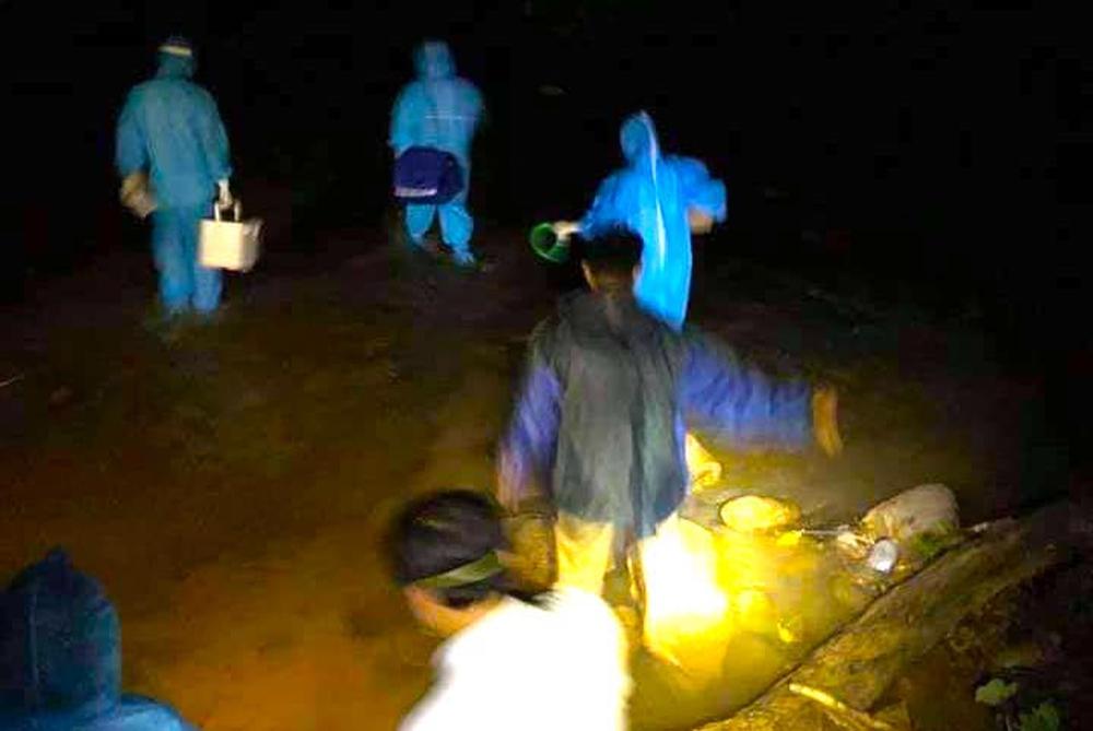 Cận cảnh lực lượng y tế trèo đèo lội suối, truy vết nguồn lây của ổ dịch Covid-19 ở bản biên giới - Ảnh 15.