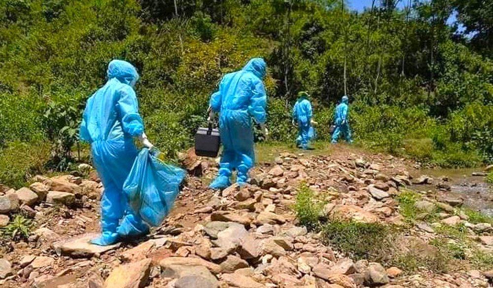 Cận cảnh lực lượng y tế trèo đèo lội suối, truy vết nguồn lây của ổ dịch Covid-19 ở bản biên giới - Ảnh 6.
