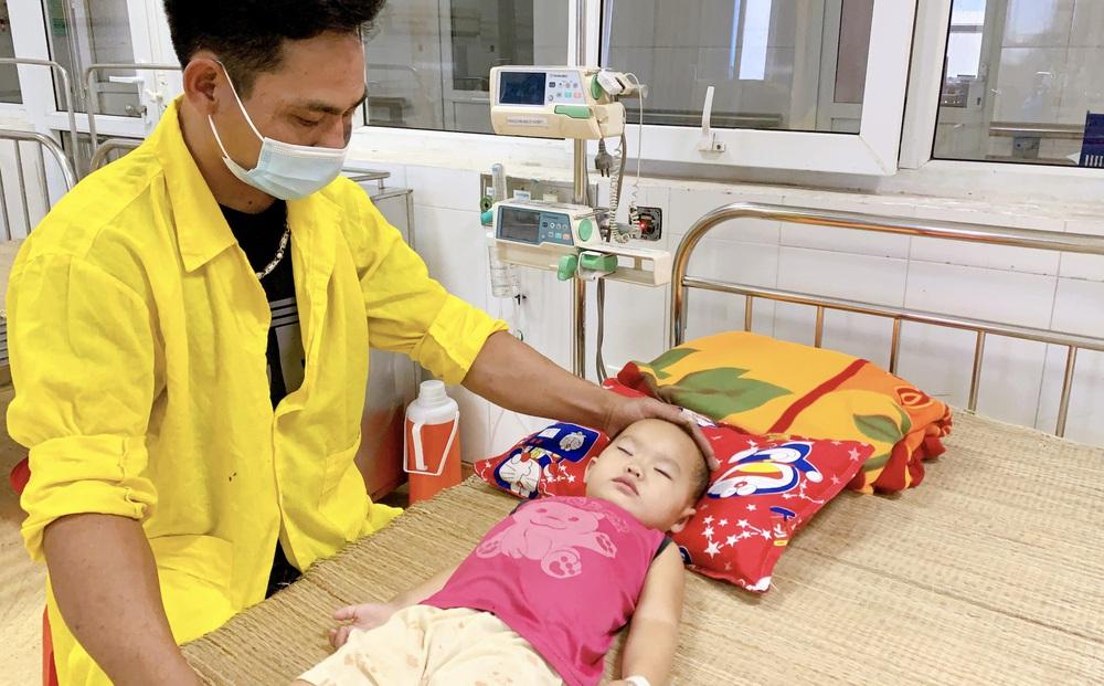 Bắc Giang: Mắc kẹt trong ô tô, chị ngất lịm, em gái 22 tháng tuổi ngưng thở