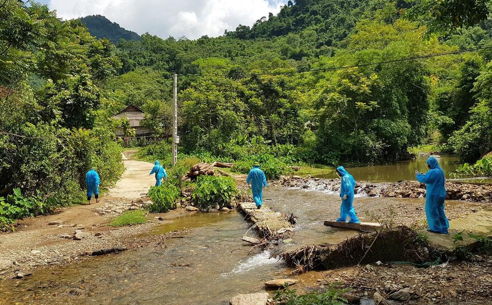 Cận cảnh lực lượng y tế trèo đèo lội suối, truy vết nguồn lây của ổ dịch Covid-19 ở bản biên giới