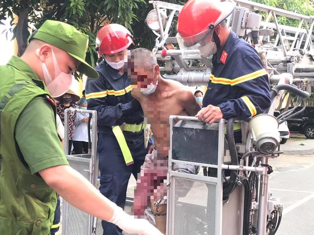 Nam bệnh nhân hoảng loạn, leo lên mái nhà ở bệnh viện để nhảy tự tử - Ảnh 3.