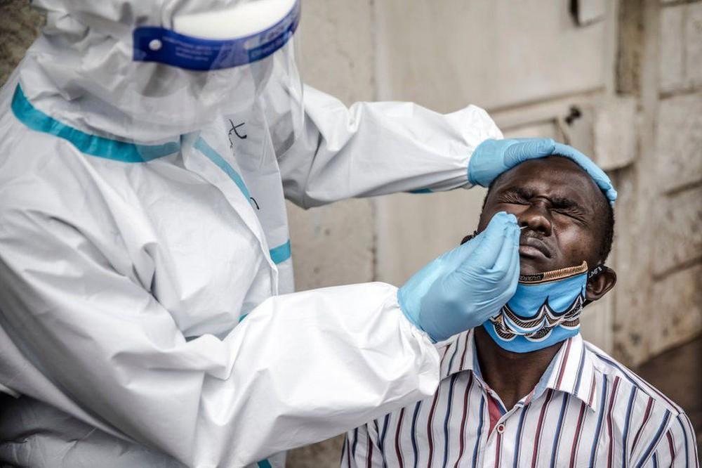 WHO ở Châu Phi: 2 nguyên nhân chính khiến số ca tử vong do Covid-19 tăng 43% trong 1 tuần - Ảnh 2.