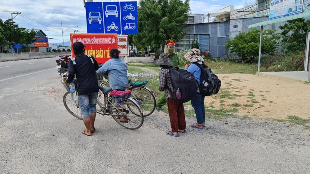 Vụ gia đình 4 người đạp xe từ Đồng Nai về Nghệ An: Mong đến giờ lên tàu về quê hương - Ảnh 1.