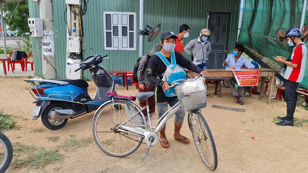 Thất nghiệp vì dịch Covid-19, gia đình 4 người bán điện thoại mua 2 xe đạp cũ đi từ Đồng Nai về Nghệ An - Ảnh 1.