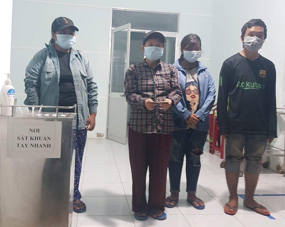 Vụ gia đình 4 người đạp xe từ Đồng Nai về Nghệ An: Mong đến giờ lên tàu về quê hương - Ảnh 2.