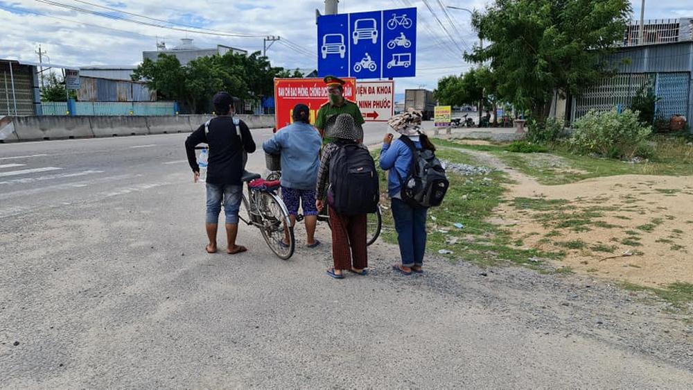 Vụ gia đình 4 người đạp xe từ Đồng Nai về Nghệ An: Mong đến giờ lên tàu về quê hương - Ảnh 4.